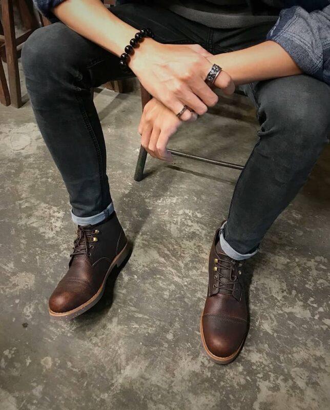 Phối hợp giày cao cổ nam với quần jean